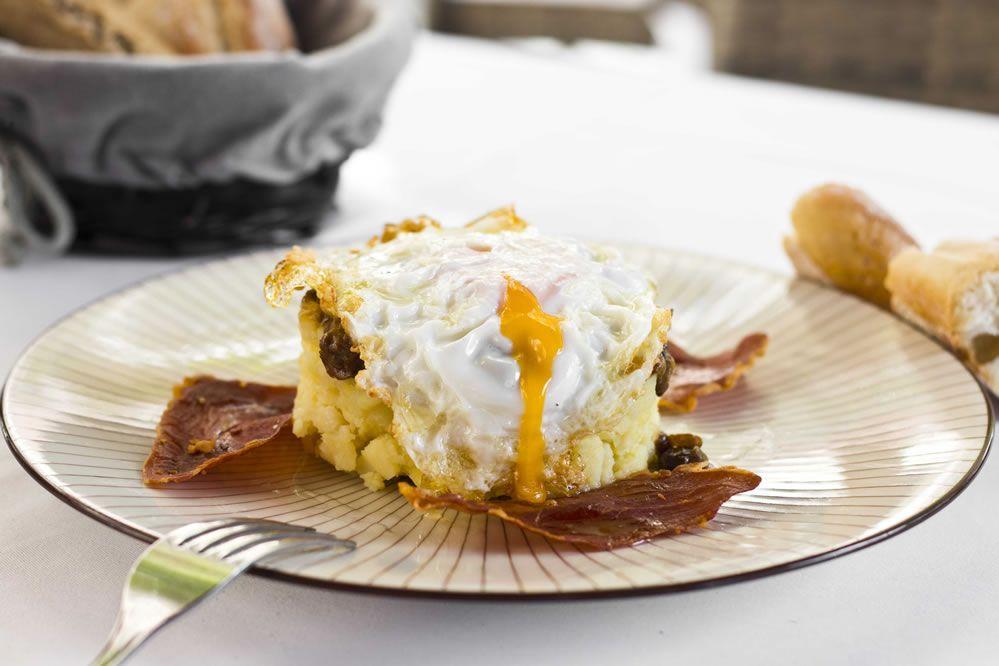 """""""Las Patatas de Rebeca"""" Pochadas con Boletus, Huevo Frito de Corral, Crujiente de Jamón y Toques de Trufa"""