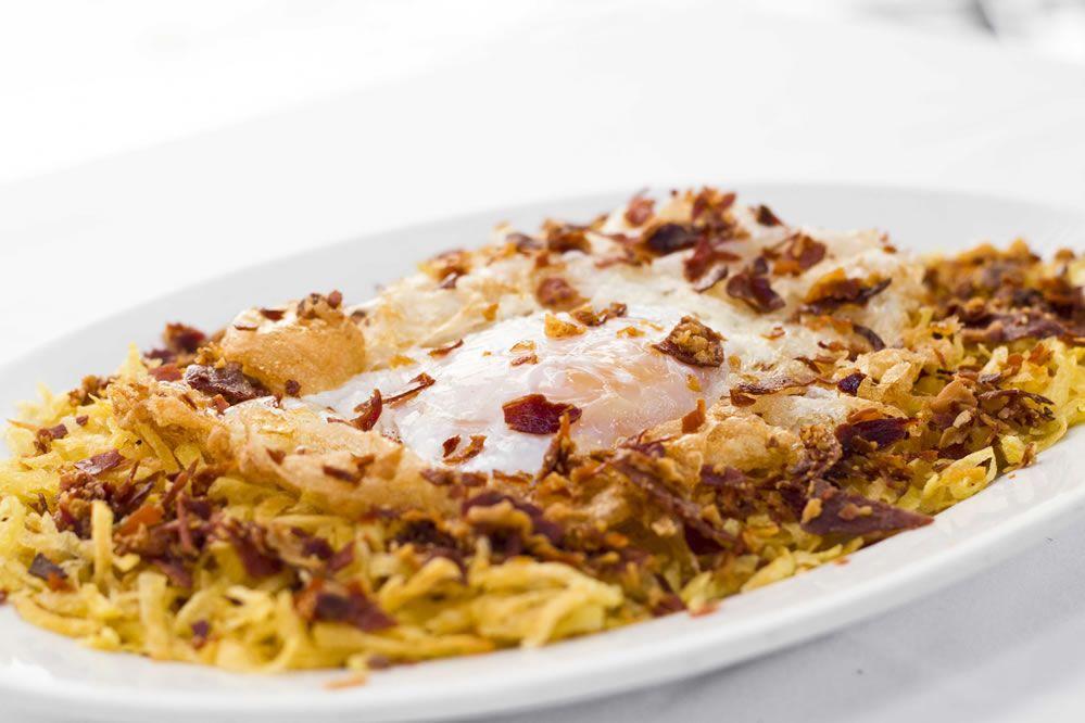 Huevo de Oca con Patatas Paja (plato de temporada)