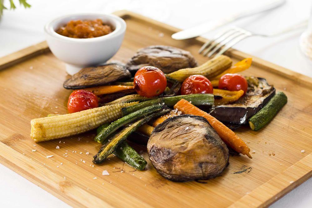 Parrillada de verduras acompañadas con Salsa Romesco
